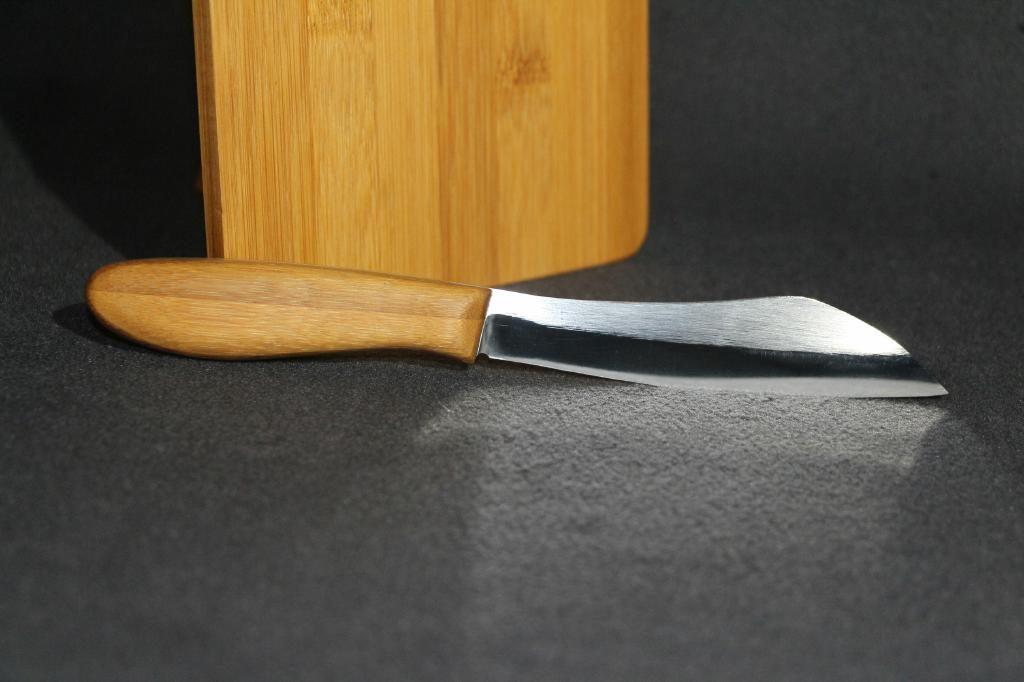 In Handarbeit angfertigtes Küchenmesser aus 1.4528/N690 Stahl. Griff und Platte aus Bambus