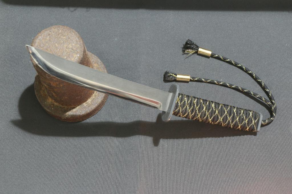 Messer optisch inspiriert von einem japanischem Schwert - Schwarzer Griff aus Paracord