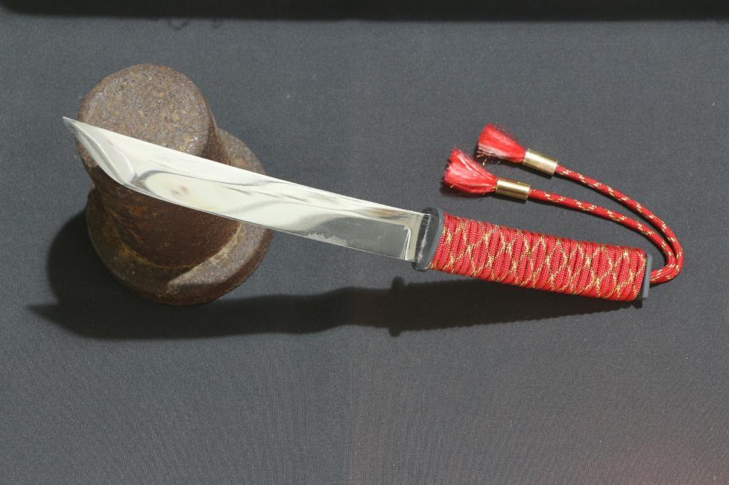 Messer optisch inspiriert von einem japanischem Schwert - Roter Griff aus Paracord
